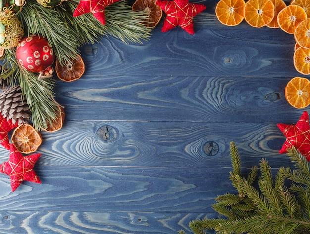 クリスマスの物語。木のフレーム。テーマクリスマスの装飾、モミの実、雪、お祭り気分