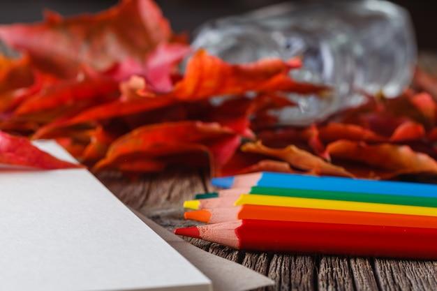 ノートブックを開きます。風化したテーブルの上の葉に落ちる