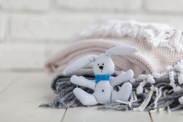 Удобная кровать в интерьере детской комнаты
