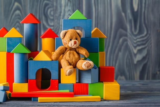 Игрушка ретро медведь одна на деревянном полу с блоками