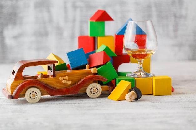 自動車衝突シーンとなる想像力を駆使したおもちゃの車のカラフルな木製ブロック。