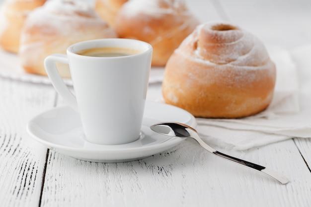 Чашка кофе и печенье со свободным пространством