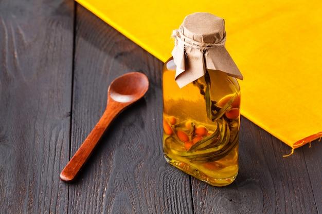 海クロウメモドキの小瓶入りオイル。セレクティブフォーカス