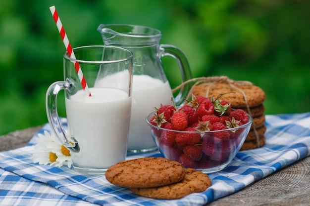 Вкусный и полезный завтрак в саду