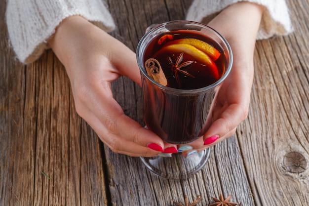 グリューワインと風化の木製テーブルの上のスパイス