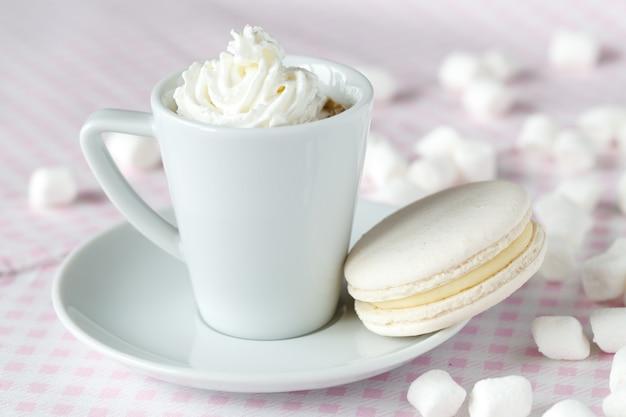 テーブルの上のクリームコーヒー
