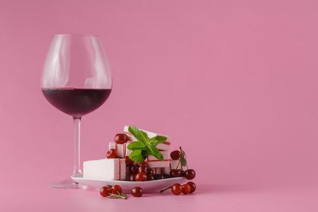 Вишневое вино на розовом