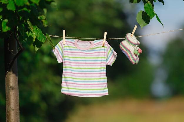 庭のラインに掛かっている服
