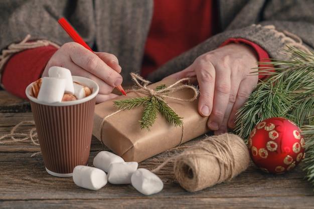 木製のテーブルのクローズアップのクリスマスプレゼント。