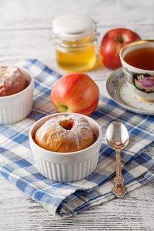 グラノーラと蜂蜜の赤いリンゴを焼き、クローズアップビュー