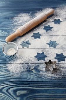 コピースペースと小麦粉のクリスマスの星。白い粉は雪のように見えます。上面図