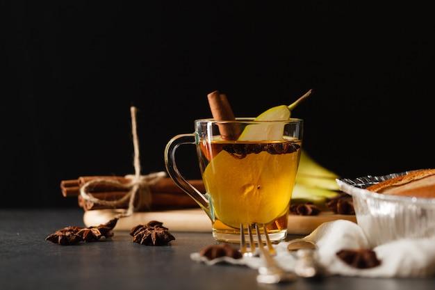 Стеклянная чашка персикового пунша на зимний вечерний стол