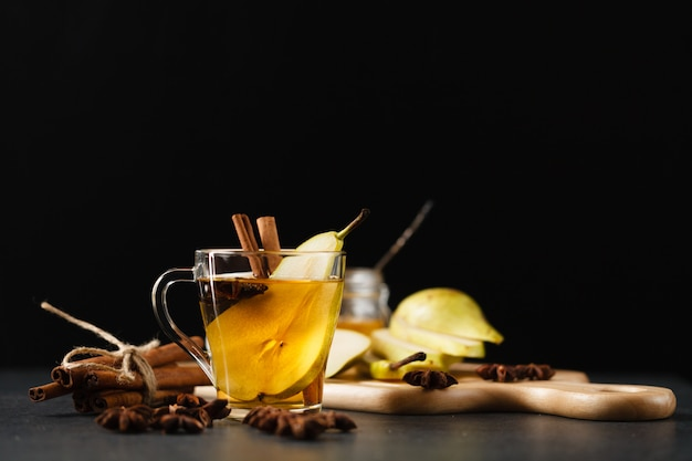 Грушевый пунш с нарезанными фруктами и корицей