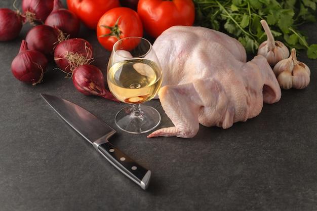 Ингредиенты для приготовления здорового мяса ужин. сырое сырое перепелиное мясо с овощами