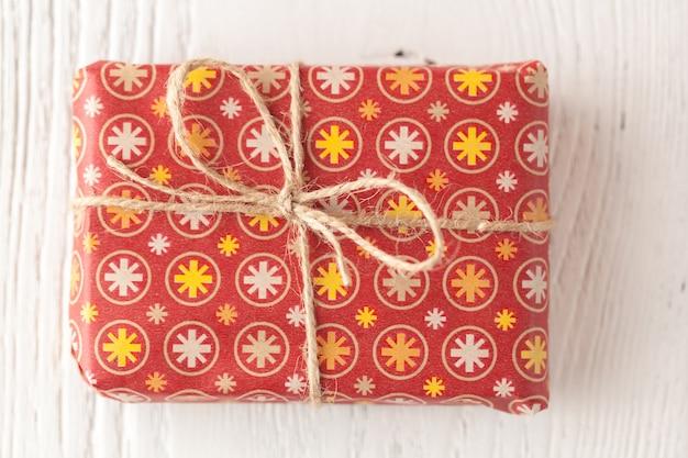 クリスマスの装飾と木の表面のギフトボックス