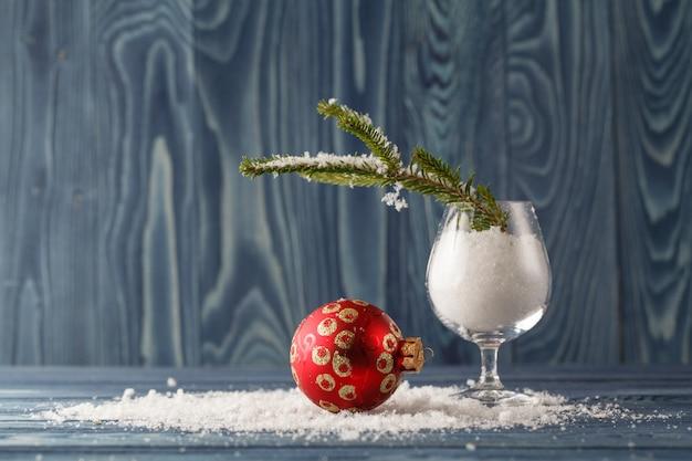 雪とクリスマスツリーのガラス