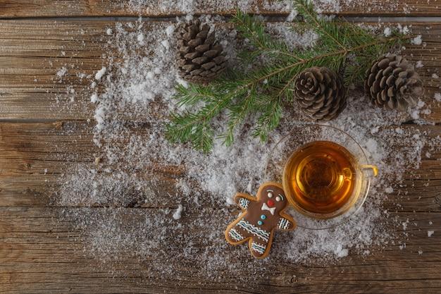 雪に覆われた背景に冬のお茶マグ