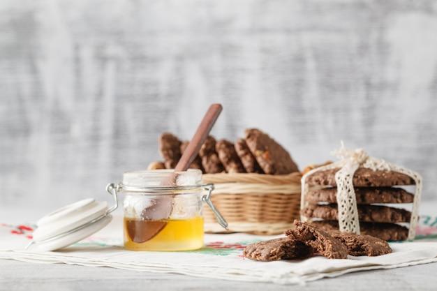 Здоровое овсяное печенье с медом на столе