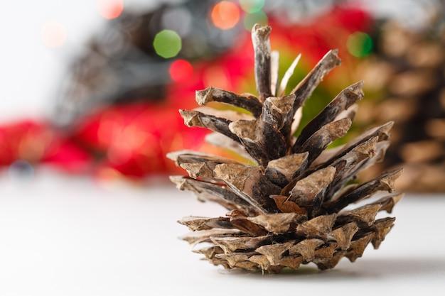 クリスマスと白い表面の新年装飾