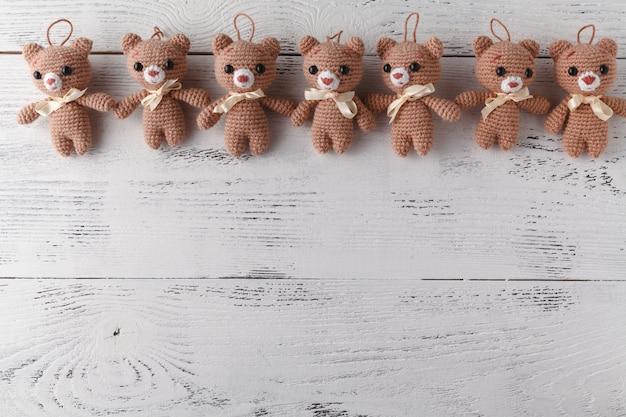 テーブルの上の小さなおもちゃニットクマの多く
