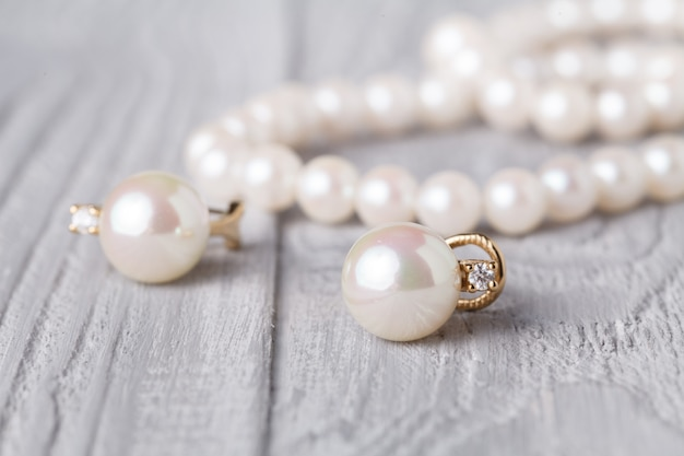 白い木の真珠で作られたネックレスとイヤリング