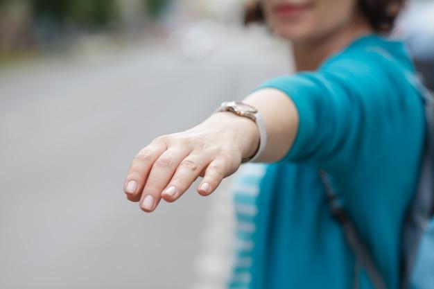 彼女の上げられた手を持つ女性