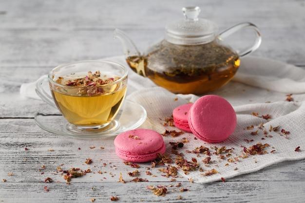 バラの花びらとピンクのマカロン。朝食のコンセプト