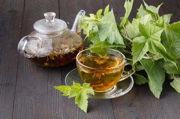 Чашка горячего травяного чая. домашняя сцена с горячим напитком. детокс или концепция чистой пищи
