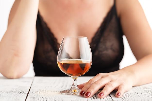 コニャックのグラスを飲む女性