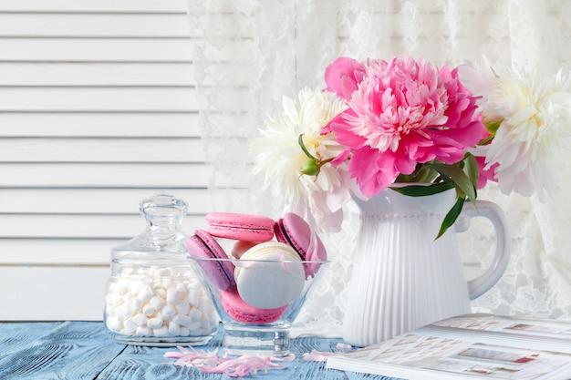 Букет из розовых и белых цветов пиона