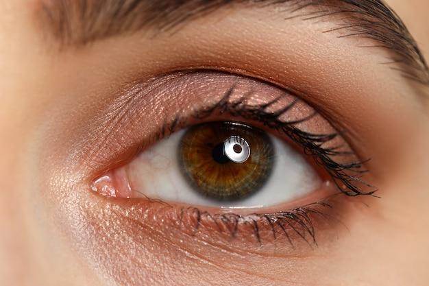 女性左茶色緑の驚くべき目