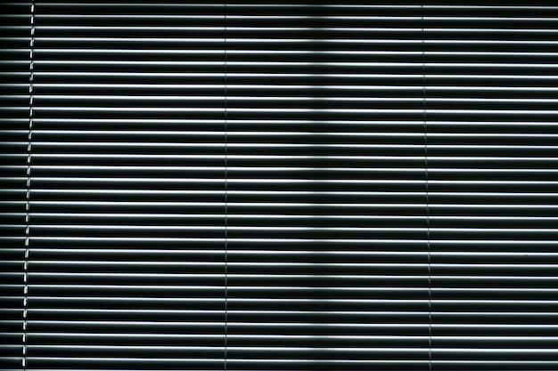 オフィスビル、革新的な技術の光の制御で開いた金属窓のシャッター。質感のためのアルミニウムルーバー