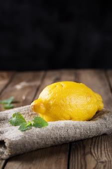Большой уродливый лимон на деревянном столе