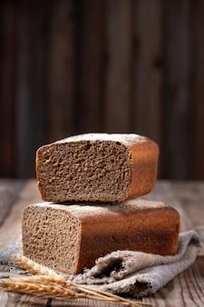 Форма ржано-пшеничного хлеба нарезать.