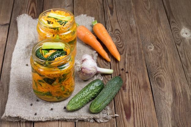 Традиционная корейская закуска из кимчи с огурцом: огурцы, маринованные с морковью, острым перцем и чесноком, с растительным маслом. ферментированные овощи.