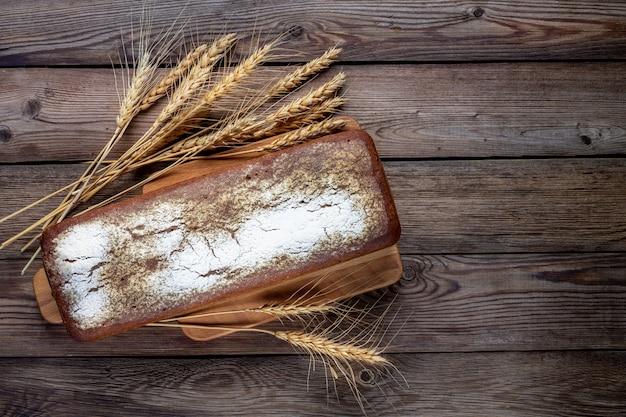 Сформируйте ржано-пшеничный хлеб с колосьями.