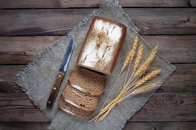Сформировать ржано-пшеничный хлеб, нарезанный кусочками.