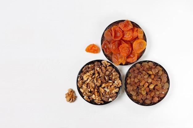 Сушеный абрикос, изюм, грецкий орех в блюдцах