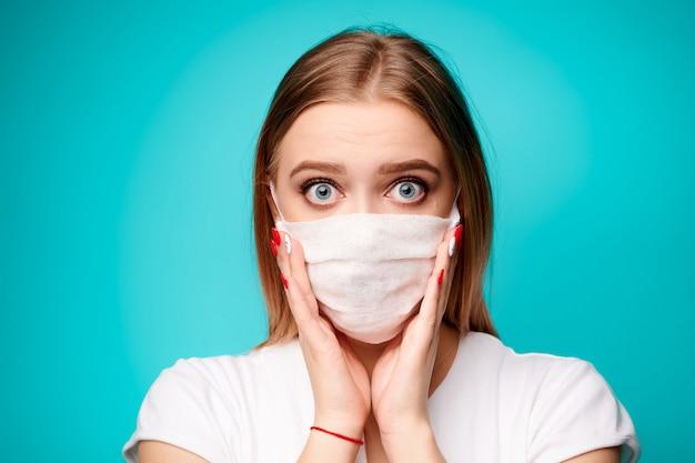 Удивленная женщина в асептической маске