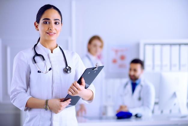 病院で彼女のチームの前に立っているアラビアの医者