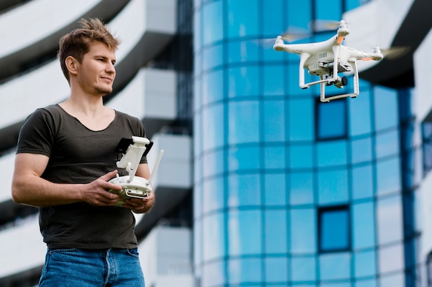 Человек управляет дроном на открытом воздухе