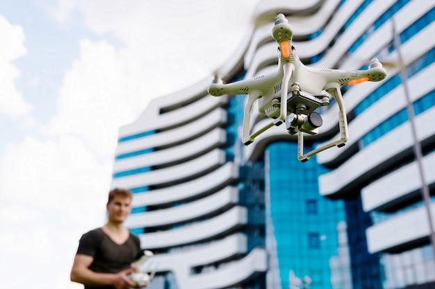 Мужской управляющий дрон на открытом воздухе