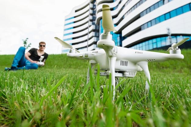 Человек запускает дрон на открытом воздухе