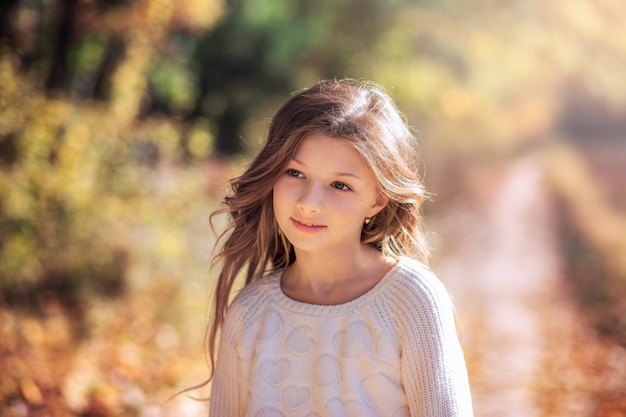 Красивая девушка с длинными волосами на лесной тропинке