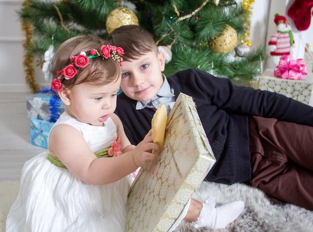 男の子と女の子の新年とクリスマス