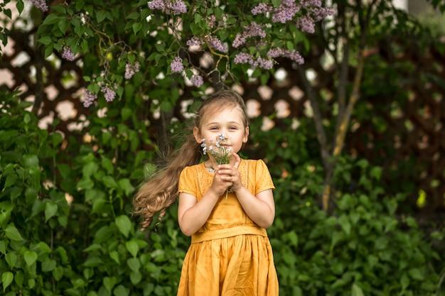 ワスレナグサの花束を持つ美しい少女の肖像画
