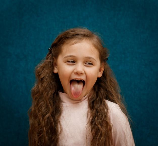 少女は舌を示しています