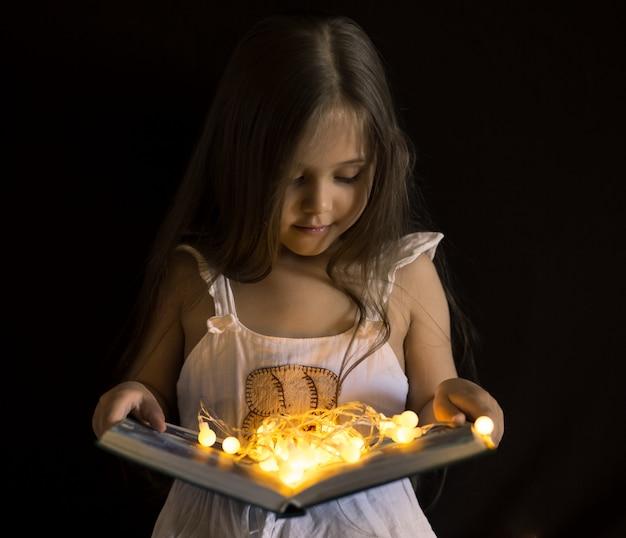 少女は魔法の本を読んでいます
