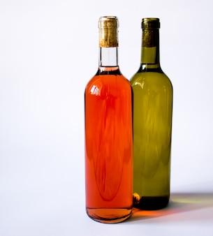分離されたボトルの赤と白ワイン