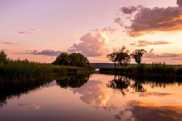 Красный закат над озером
